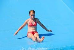 Corrediça de água da menina Fotografia de Stock Royalty Free