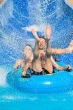 Corrediça de água dos povos no parque do aqua fotografia de stock royalty free