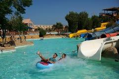 Corrediça de água no recurso de Aquapark em Egipt foto de stock