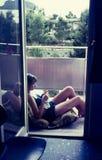 Corrediça de cor original desde 1960 s do vintage, jovem mulher que relaxa a Fotos de Stock