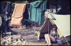 Corrediça de cor original desde 1960 s do vintage, jovem mulher que senta-se dentro Foto de Stock Royalty Free