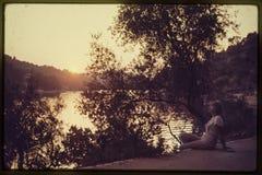 Corrediça de cor original desde 1960 s do vintage, jovem mulher que senta-se perto Imagem de Stock Royalty Free