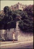 Corrediça de cor original desde 1960 s do vintage, posição da jovem mulher mim Imagens de Stock Royalty Free