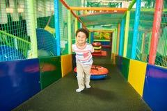 Corrediça de escalada de Little Boy no centro do jogo fotos de stock royalty free