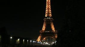 Corrediça do lapso de tempo da torre Eiffel na noite video estoque