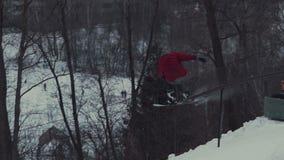Corrediça extrema do snowboarder nos trilhos video estoque