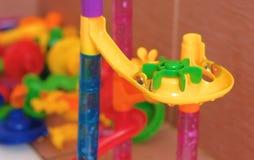 Corrediça plástica colorida do desenhista da parte para bolas no banheiro fotos de stock