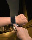Corrediça tocante do dedo masculino a destravar na tela do smartwatch foto de stock