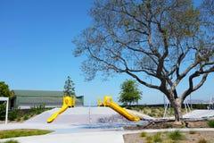 Corrediças das características da área de jogo de crianças do parque do Condado de Orange as grandes, balanços, gyms de selva, co imagem de stock