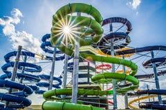 Corrediças de água coloridas no aquapark Imagens de Stock