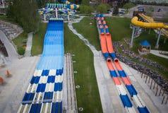Corrediças de água no parque de diversões do mundo da água Fotos de Stock Royalty Free