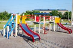 Corrediças em um balanço em um parque de diversões no campo de jogos Foto de Stock