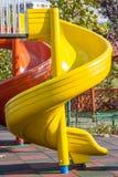 Corrediças redondas amarelas e vermelhas na luz solar brilhante Foto de Stock Royalty Free