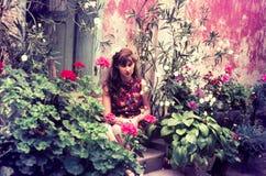 Corrediça de cor original desde 1960 s do vintage, jovem mulher que senta-se dentro Fotos de Stock Royalty Free