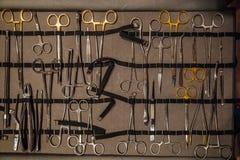 Corredo degli strumenti chirurgici e degli strumenti immagine stock libera da diritti