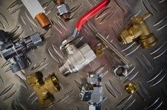 Corredo dell'impianto idraulico su una superficie di metallo Fotografie Stock Libere da Diritti