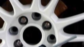 Corredo di strumenti per il montaggio della ruota al video delle azione dell'officina dell'automobile stock footage