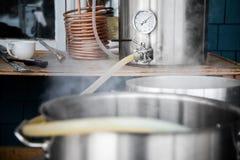 Corredo facente domestico e mosto di malto di versamento della birra del mestiere nel punto di ebollizione Kettl immagine stock libera da diritti