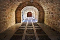 Corredor antigo do tijolo da catedral de Palma com arcos e porta do ferro, mallorca, spain foto de stock royalty free