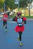 Corredor asiático con el traje en Berlin Marathon 2013 Foto de archivo