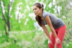 Corredor asiático del atleta de la mujer que descansa después de correr Foto de archivo libre de regalías