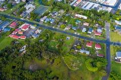 Corredor através da vizinhança suburbana de Rotorua, vista aérea da estrada imagem de stock