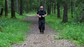 Corredor cansado na fuga da floresta perto da árvore vídeos de arquivo