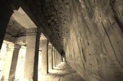 Corredor cinzento longo com luz no fim de Fotos de Stock