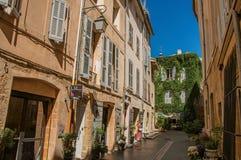 Corredor com a mulher que entra na casa em Aix-en-Provence Foto de Stock