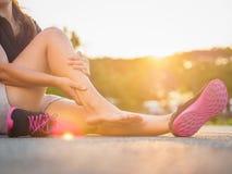 Corredor corriente de la mujer del deporte del accidente de la pierna de lesión que daña sostenerse foto de archivo