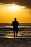 Corredor corriente de Sun del mar del hombre de la silueta Foto de archivo