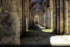 Corredor da abadia antiga nas sombras e nas luzes ilustração royalty free