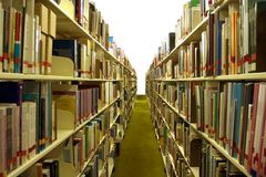 Corredor da biblioteca com livros foto de stock royalty free