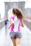 Corredor da cidade - mulher que corre na ponte de Brooklyn imagens de stock royalty free