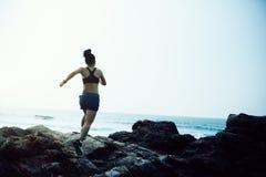 corredor da fuga que corre à parte superior da montanha rochosa fotografia de stock royalty free