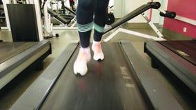 Corredor da mo?a na escada rolante no gym do esporte foto de stock