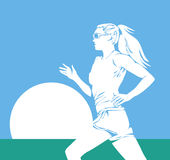 Corredor da mulher de encontro ao sol no céu azul Imagens de Stock