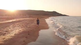 Corredor da mulher na praia vídeos de arquivo