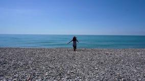 Corredor da mulher para molhar o levantamento dos braços que apreciam a liberdade durante férias de verão filme