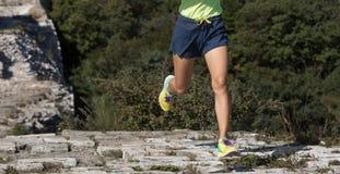 corredor da mulher que corre na parte superior do Grande Muralha Foto de Stock