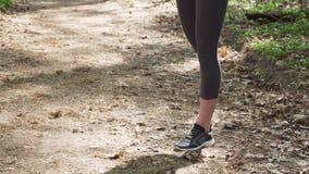 Corredor da mulher que faz o exercício do aquecimento antes de movimentar-se video estoque
