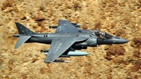 Corredor de cross de los aviones AV-8B más los aviones de combate militares foto de archivo