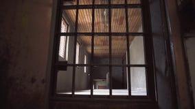 Corredor de deterioração abandonado da prisão video estoque