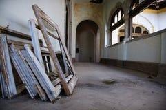 Corredor de Grunge no edifício velho Imagens de Stock Royalty Free