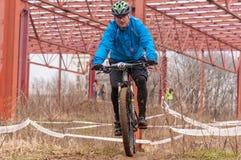 Corredor de la bici de montaña Imagenes de archivo
