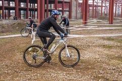 Corredor de la bici de montaña en fango Imagen de archivo libre de regalías