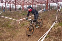 Corredor de la bici de montaña en fango Foto de archivo libre de regalías