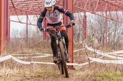Corredor de la bici de montaña en fango Foto de archivo