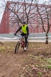 Corredor de la bici de montaña en fango Imágenes de archivo libres de regalías