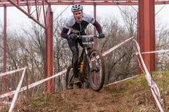 Corredor de la bici de montaña en fango Imagenes de archivo